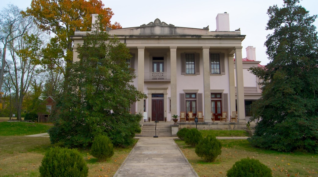 Belle Meade Plantation which includes a house and heritage architecture