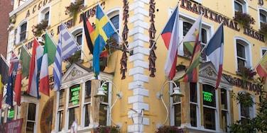 Temple Bar som visar skyltar, en stad och historisk arkitektur