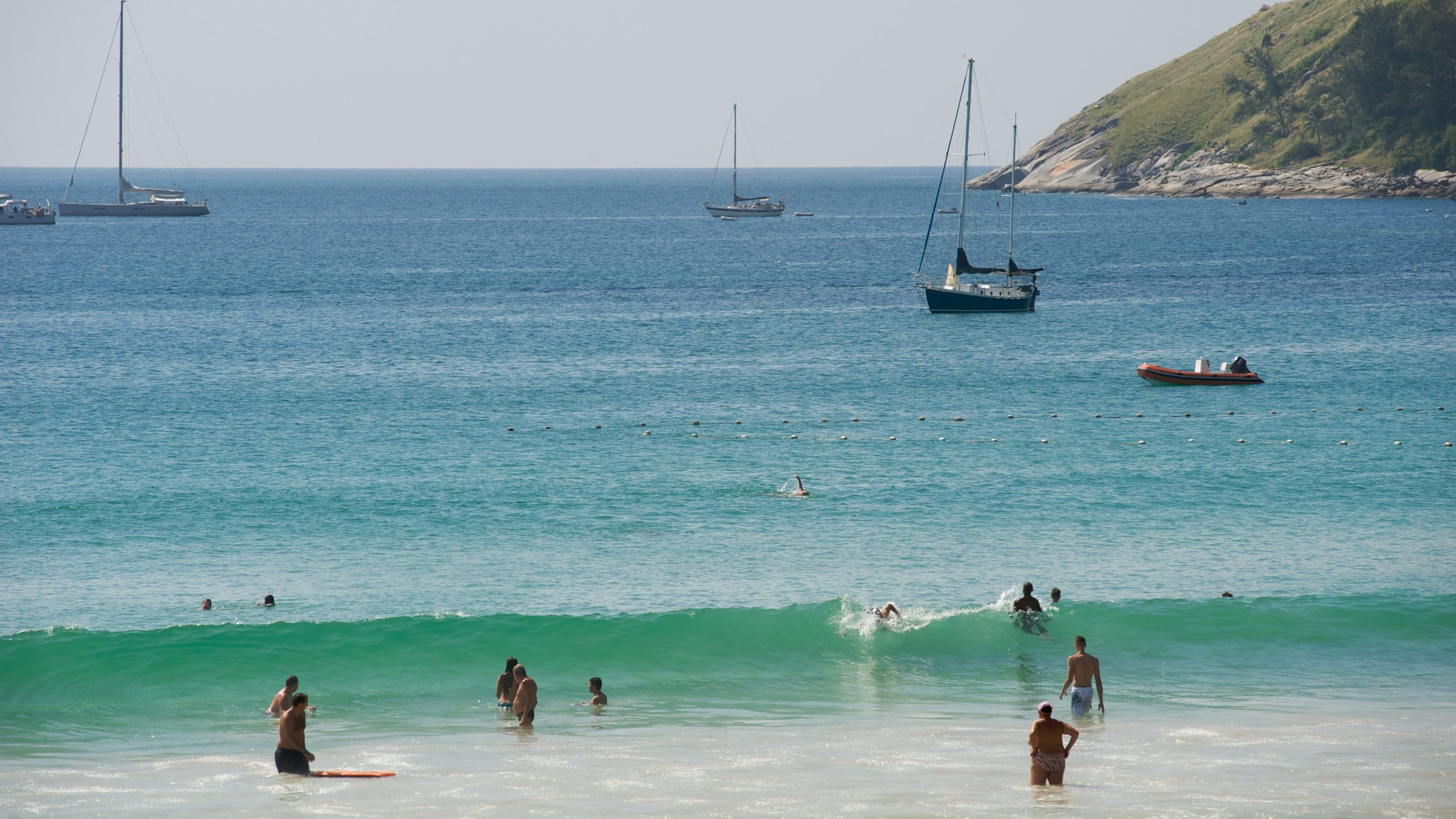 ด้วยหาดทรายที่ยังคงสวยงามและบรรยากาศเงียบสงบ หาดในหานจึงเป็นหาดในดวงใจของทั้งนักท่องเที่ยวและชาวภูเก็ตที่ชื่นชอบการพักผ่อนแบบไม่พลุกพล่าน