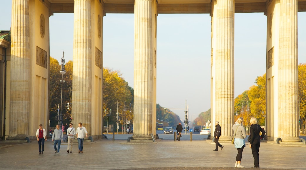Brandenburg Gate which includes street scenes, a monument and heritage architecture