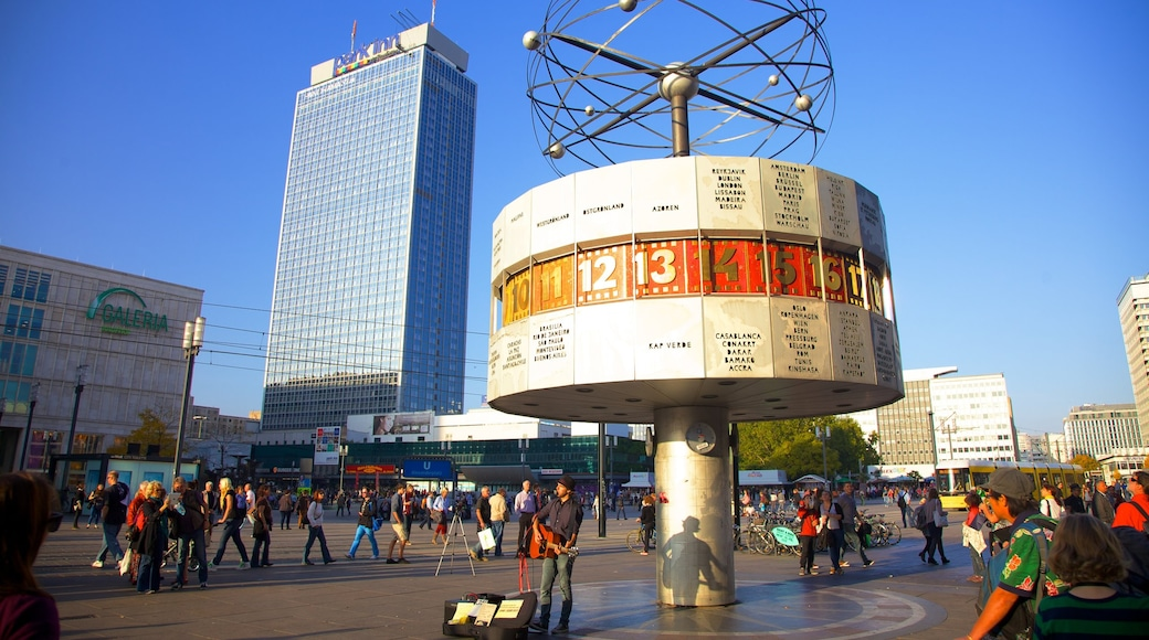 Alexanderplatz som viser gadeliv, en plads eller et torv og en by
