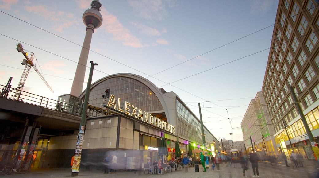 Alexanderplatz som viser en by og moderne arkitektur