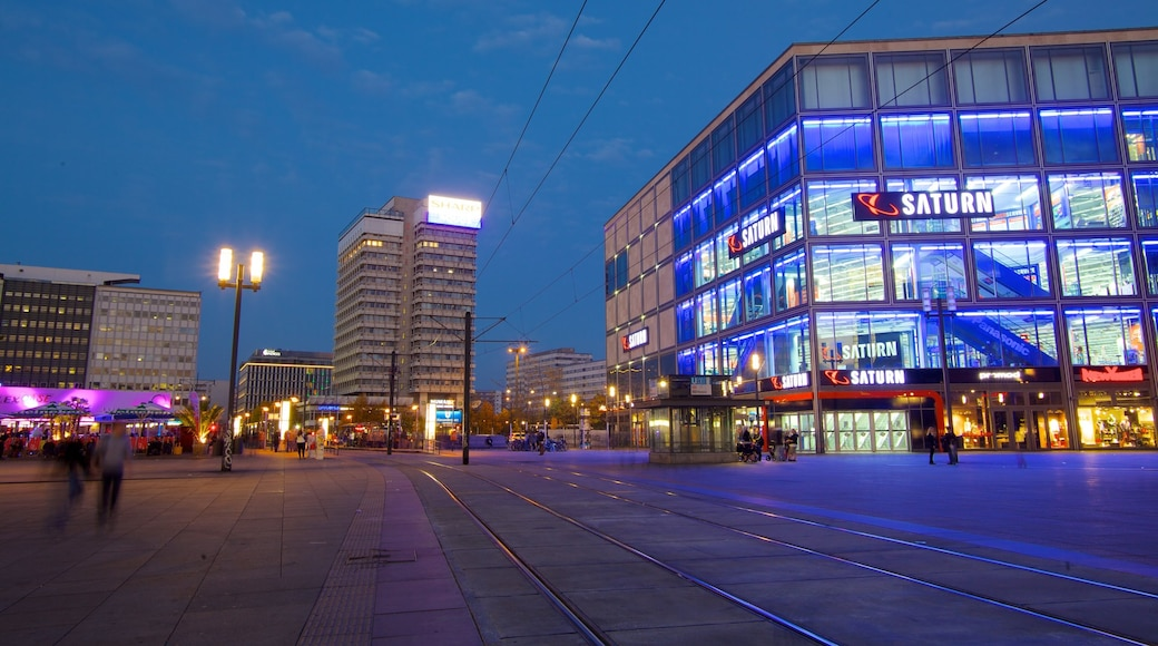 Alexanderplatz som viser en by, moderne arkitektur og natteliv