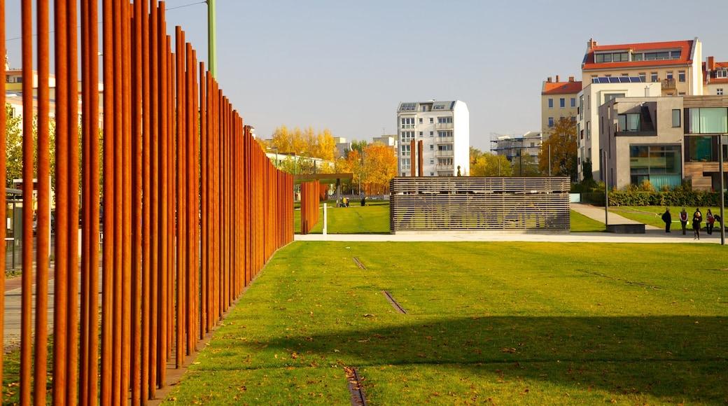 Mémorial du mur de Berlin mettant en vedette mémorial et ville