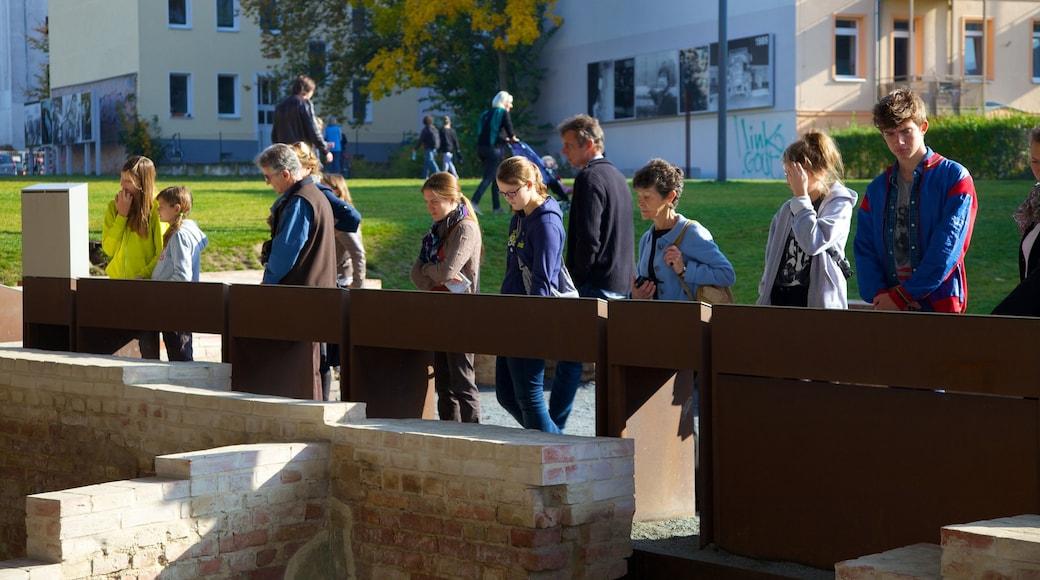 Mémorial du mur de Berlin montrant ville et mémorial