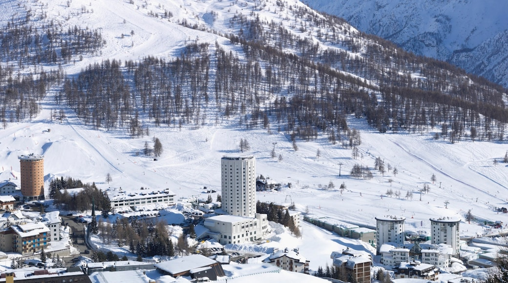 Sestriere showing a city, mountains and snow