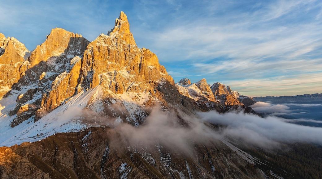 Pinzolo caratteristiche di tramonto, nebbia e foschia e vista del paesaggio