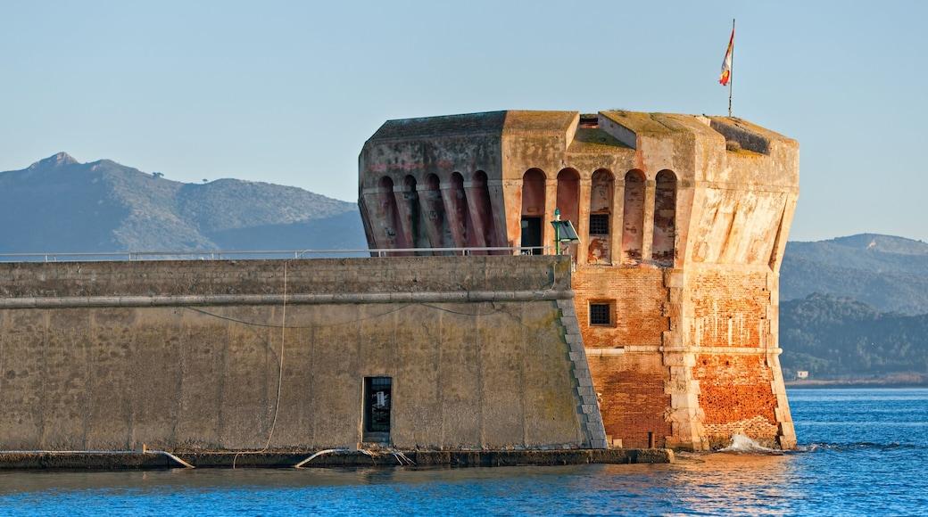 Portoferraio fasiliteter samt kulturarv og bukt eller havn