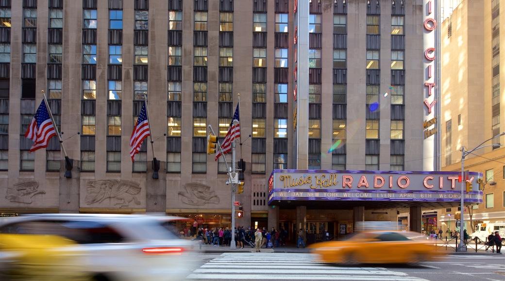 Radio City Music Hall que incluye una ciudad y señalización