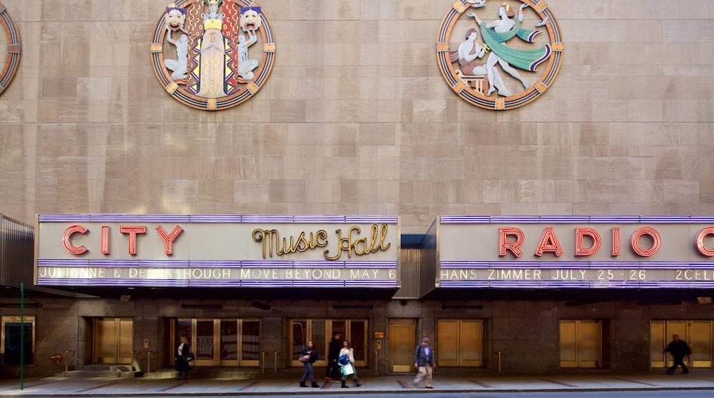 Radio City Music Hall mostrando una ciudad y señalización