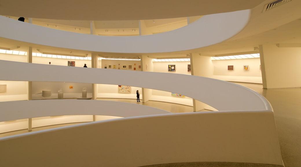 Solomon R. Guggenheim-museet som inkluderer kunst og innendørs