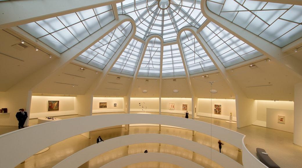 Solomon R. Guggenheim-museet som viser innendørs