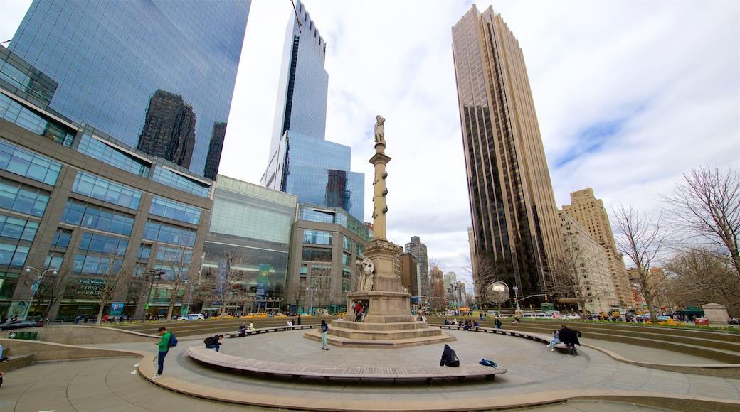 Columbus Circle que incluye una plaza, una ciudad y una estatua o escultura