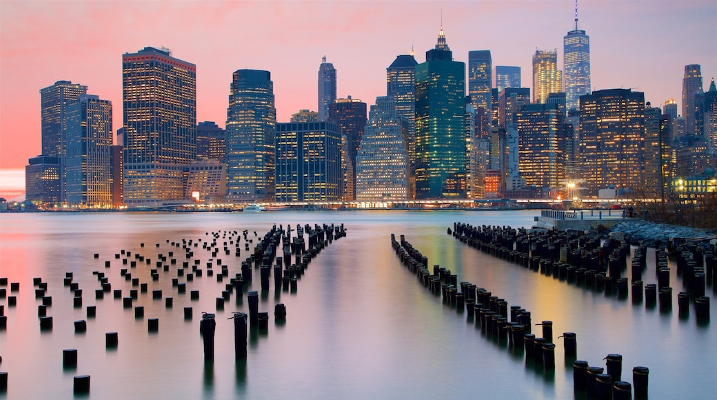 Brooklyn Bridge Park fasiliteter samt by, skyskraper og solnedgang