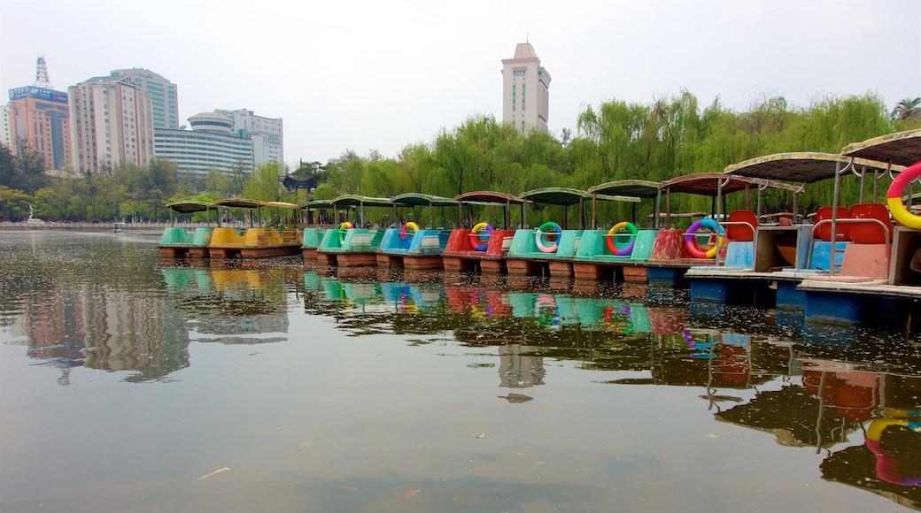 Green Lake Park 设有 河流或小溪 和 城市