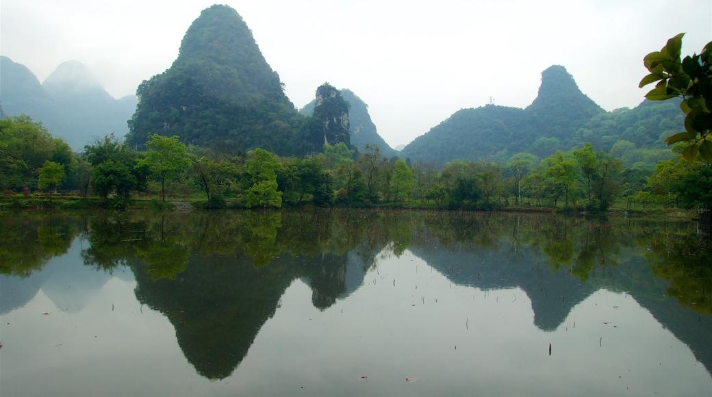 Yangshuo Park 设有 湖泊或水池, 薄霧或有霧氣 和 山