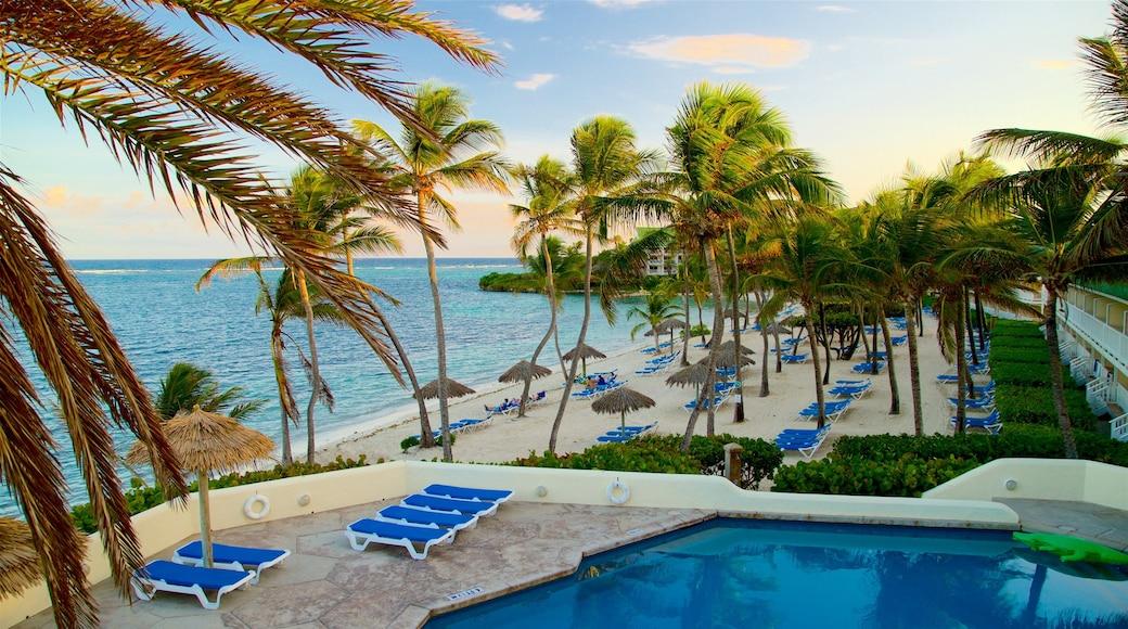 Mamora Bay mit einem allgemeine Küstenansicht, Luxushotel oder Resort und Sonnenuntergang