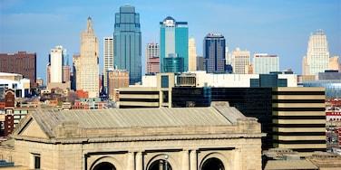 Liberty Memorial ofreciendo vistas de paisajes, una ciudad y un edificio de gran altura