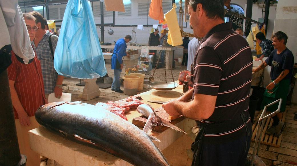 Marché aux poissons montrant nourriture et marchés aussi bien que homme