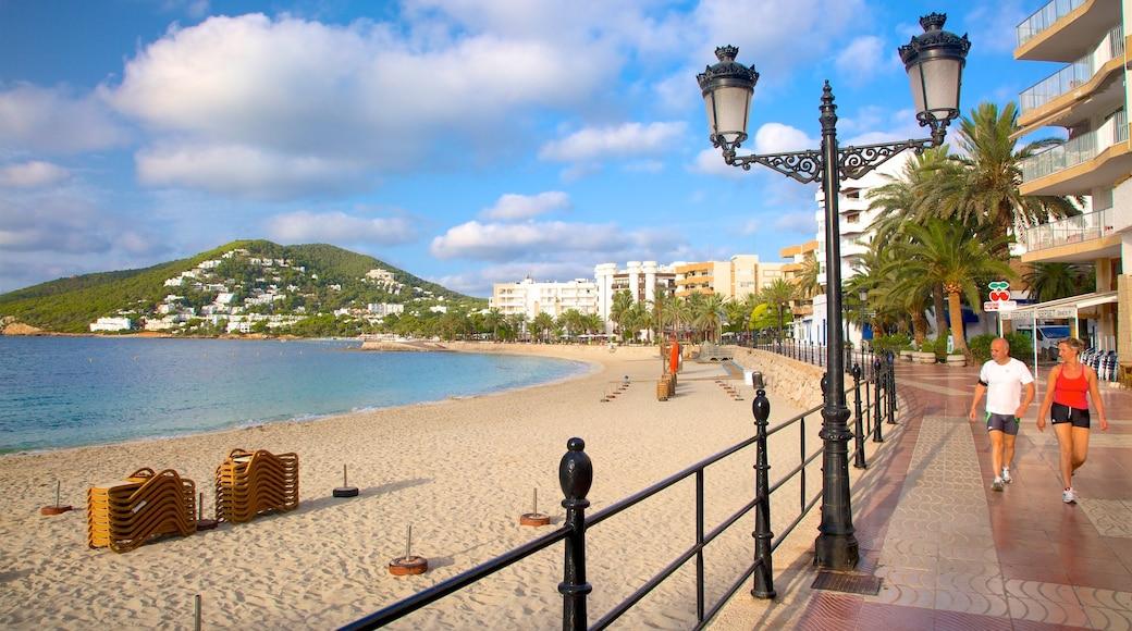 Isla de Ibiza ofreciendo vistas generales de la costa, una ciudad costera y una playa