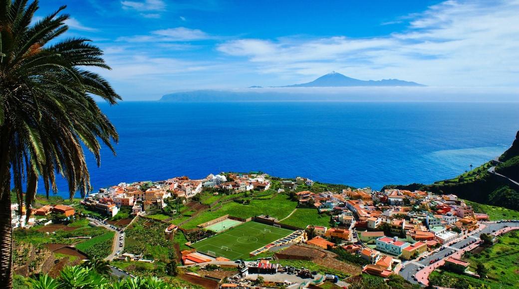 La Gomera que incluye una localidad costera y vistas de una costa