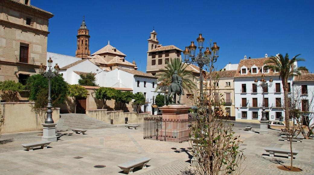 Antequera mostrando una plaza y una estatua o escultura