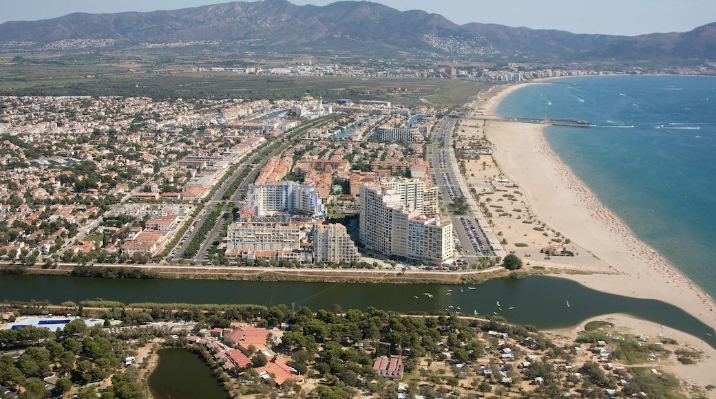 Empuriabrava montrant ville côtière, plage et vues littorales