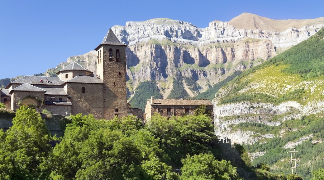 Huesca which includes heritage elements and mountains