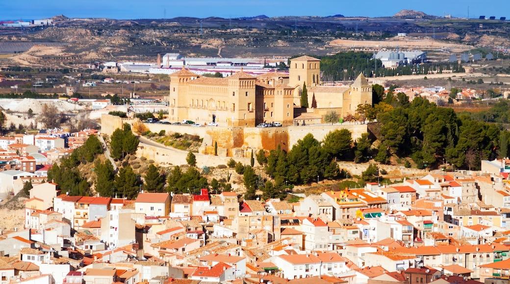 Alcaniz som inkluderar landskap, en stad och stillsam natur