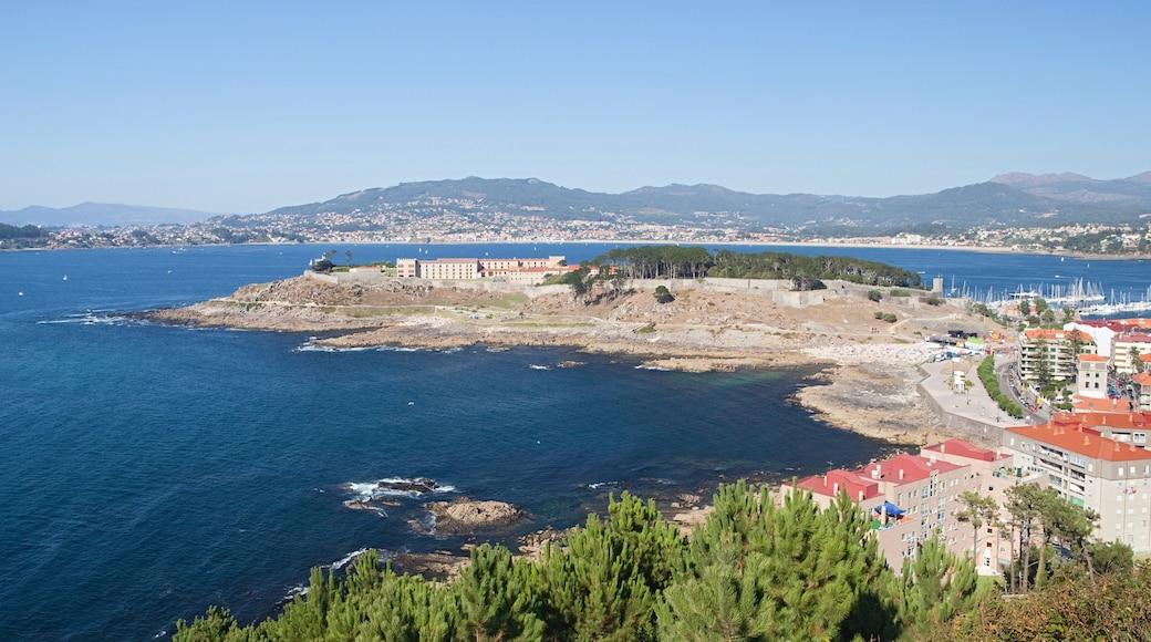 Vigo mostrando una localidad costera y un lago o laguna