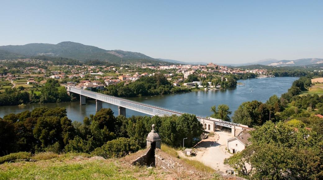 Vigo ofreciendo un pueblo, situaciones tranquilas y un río o arroyo