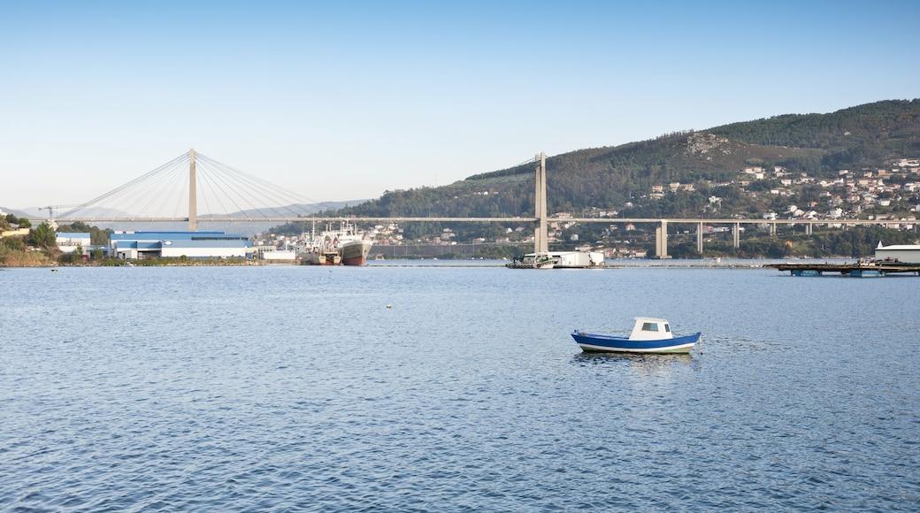 Vigo mostrando un río o arroyo, embarcaciones y un puente