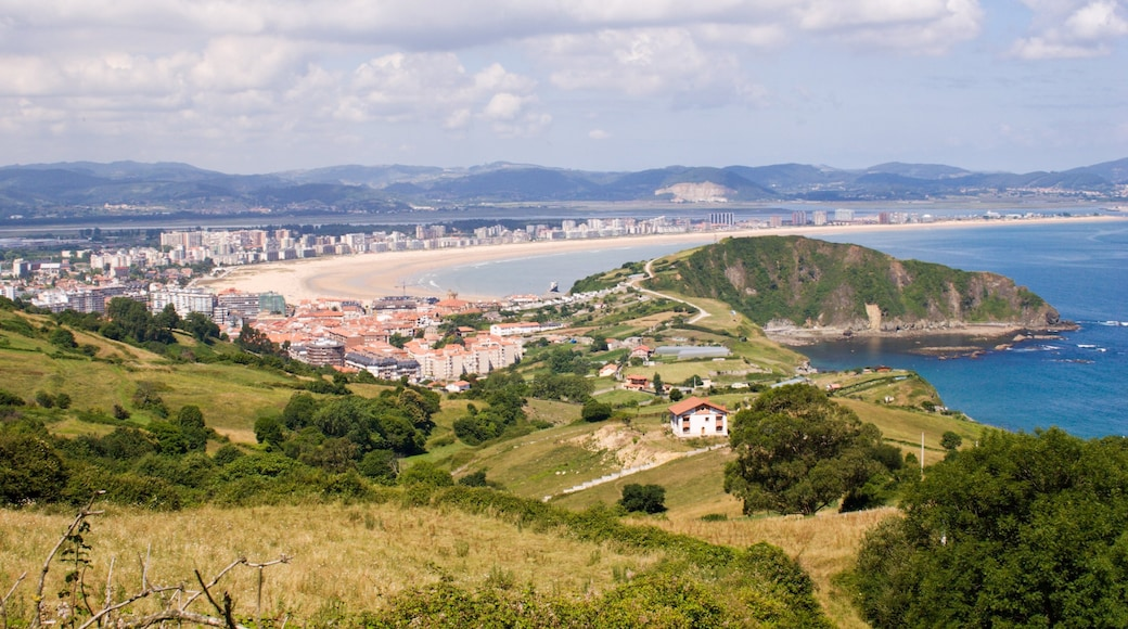 Laredo que incluye vistas de una costa, situaciones tranquilas y una localidad costera
