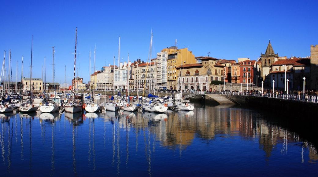 Gijón welches beinhaltet Bucht oder Hafen