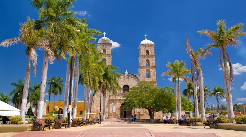 Hecelchakán que incluye elementos del patrimonio, una iglesia o catedral y un jardín