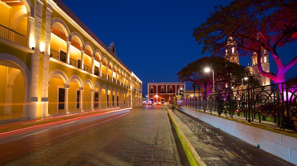 Campeche que incluye un jardín y escenas nocturnas