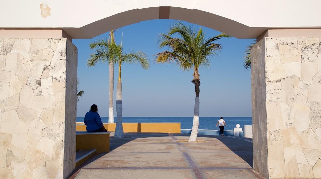 Malecón de Campeche que incluye vistas y vistas de una costa