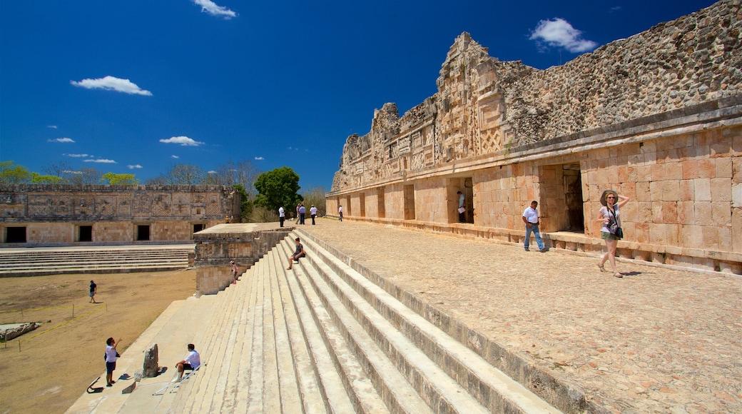 Sitio arqueológico de Uxmal mostrando elementos patrimoniales y también un grupo pequeño de personas