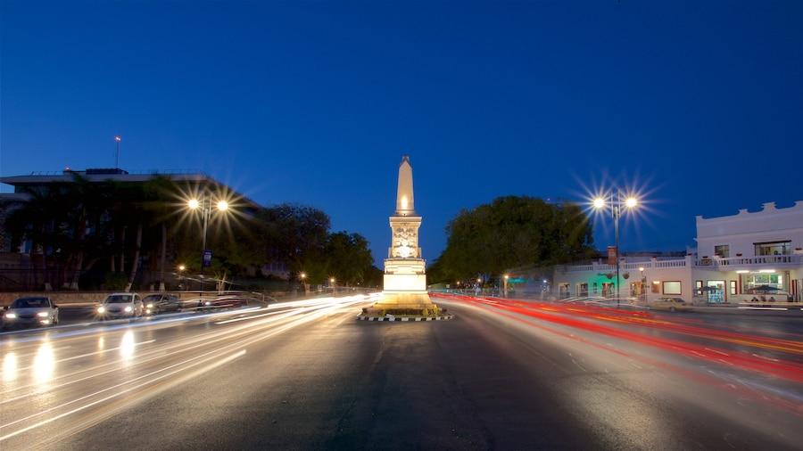 Paseo de Montejo qui includes scènes de nuit et monument