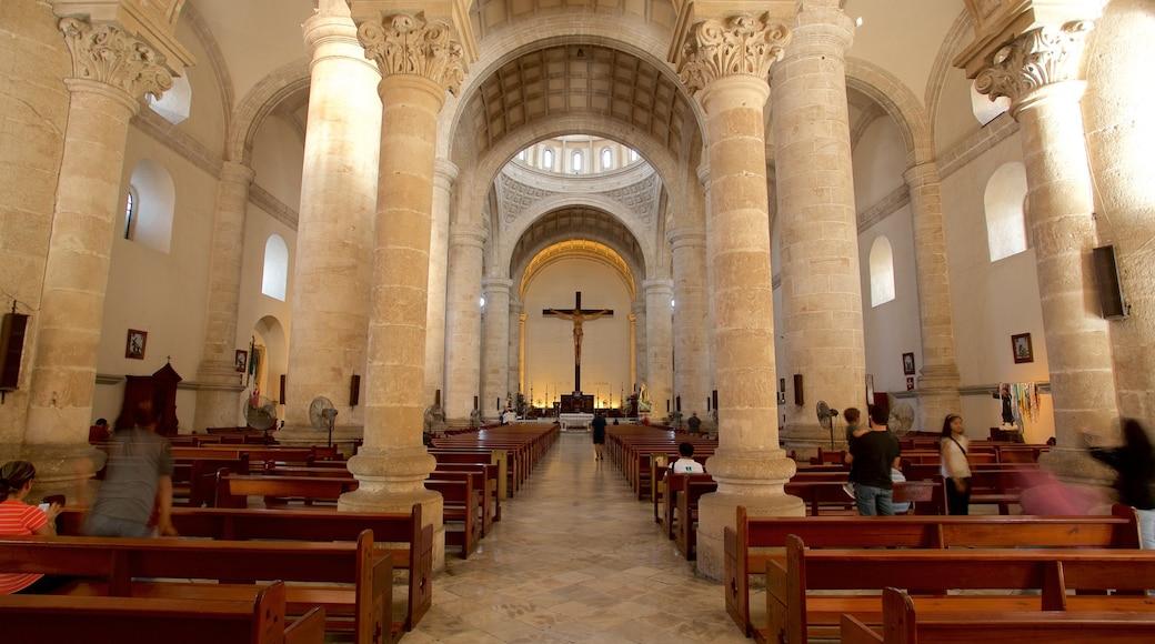 Catedral de Mérida mostrando vistas interiores, una iglesia o catedral y elementos del patrimonio