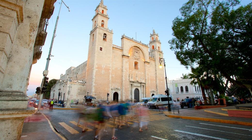 Catedral de Mérida mostrando patrimonio de arquitectura, una iglesia o catedral y una puesta de sol