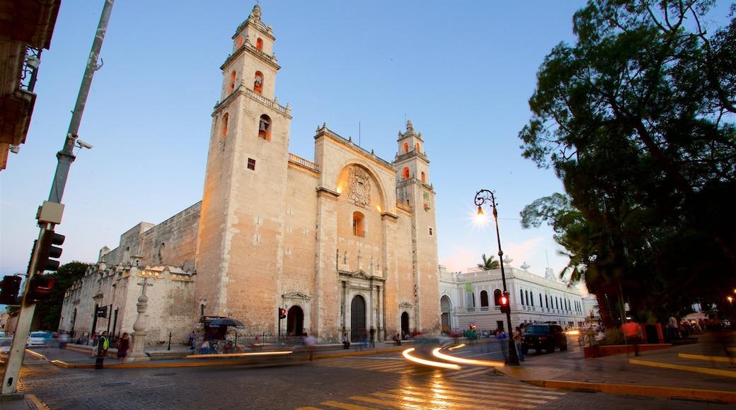 Catedral de Mérida que incluye una puesta de sol, una iglesia o catedral y patrimonio de arquitectura
