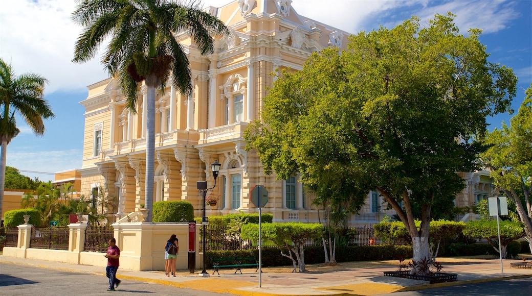 Museo de Antropología e Historia ofreciendo patrimonio de arquitectura