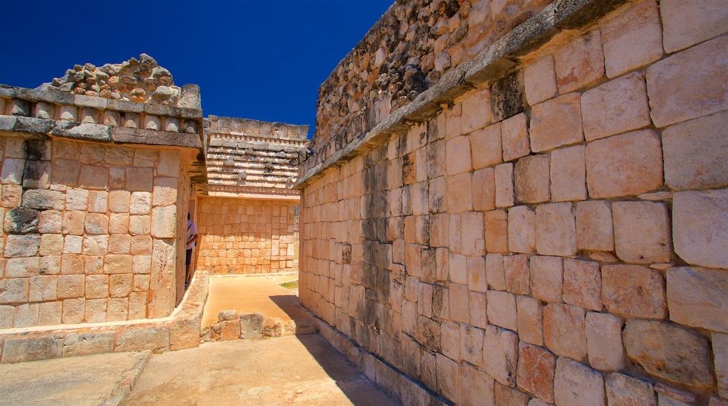 Sitio arqueológico de Uxmal ofreciendo elementos patrimoniales