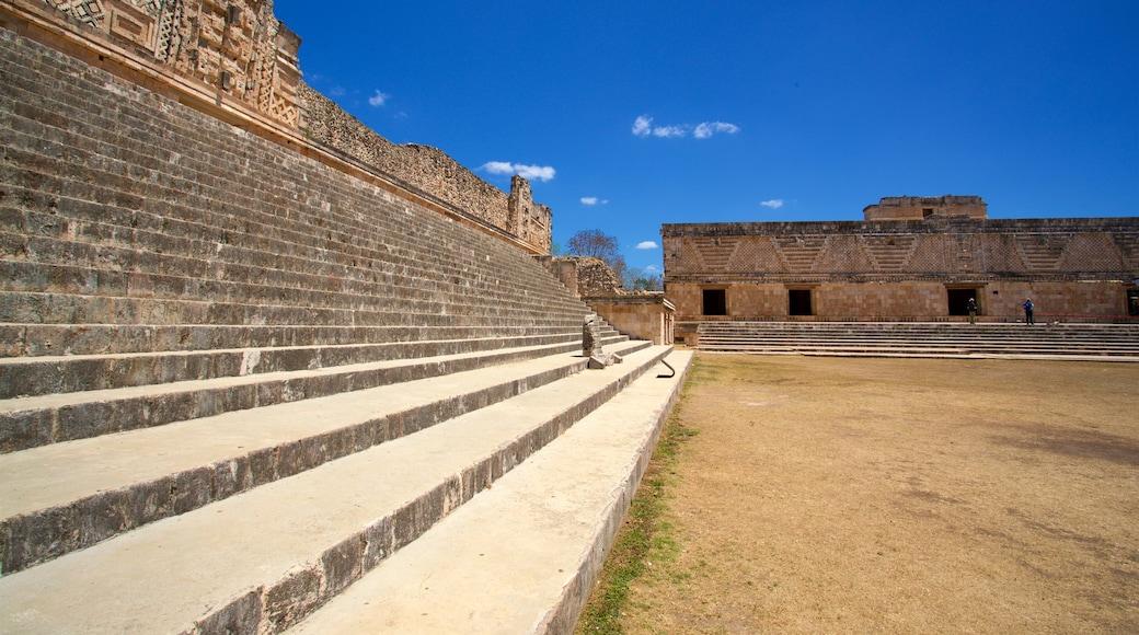 Sitio arqueológico de Uxmal que incluye arquitectura patrimonial