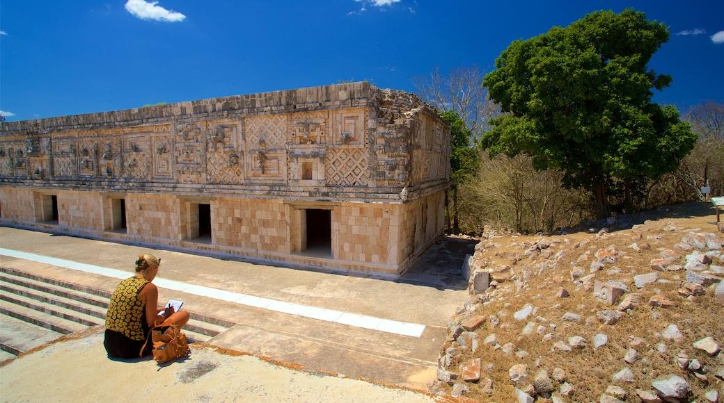 Sitio arqueológico de Uxmal mostrando arquitectura patrimonial y también una mujer