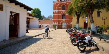 Arcos de Carmen que incluye elementos del patrimonio y ciclismo y también un hombre