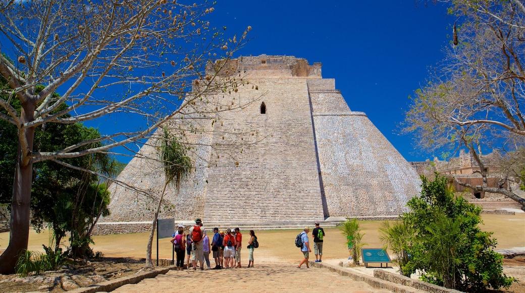 Pirámide del mago ofreciendo arquitectura patrimonial y también un grupo pequeño de personas