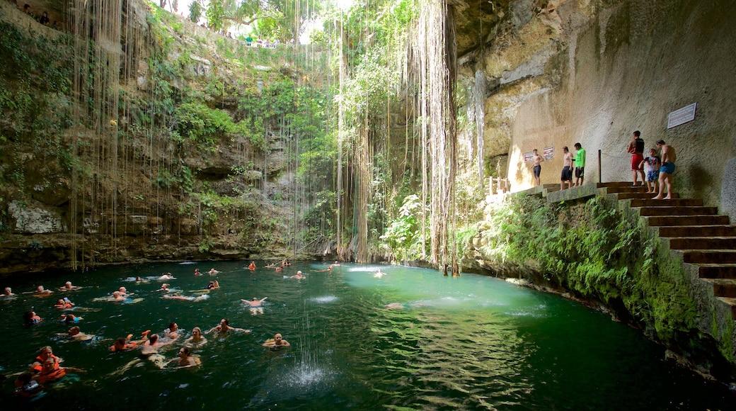 Cénote Ik Kil montrant baignade et lac ou étang aussi bien que petit groupe de personnes