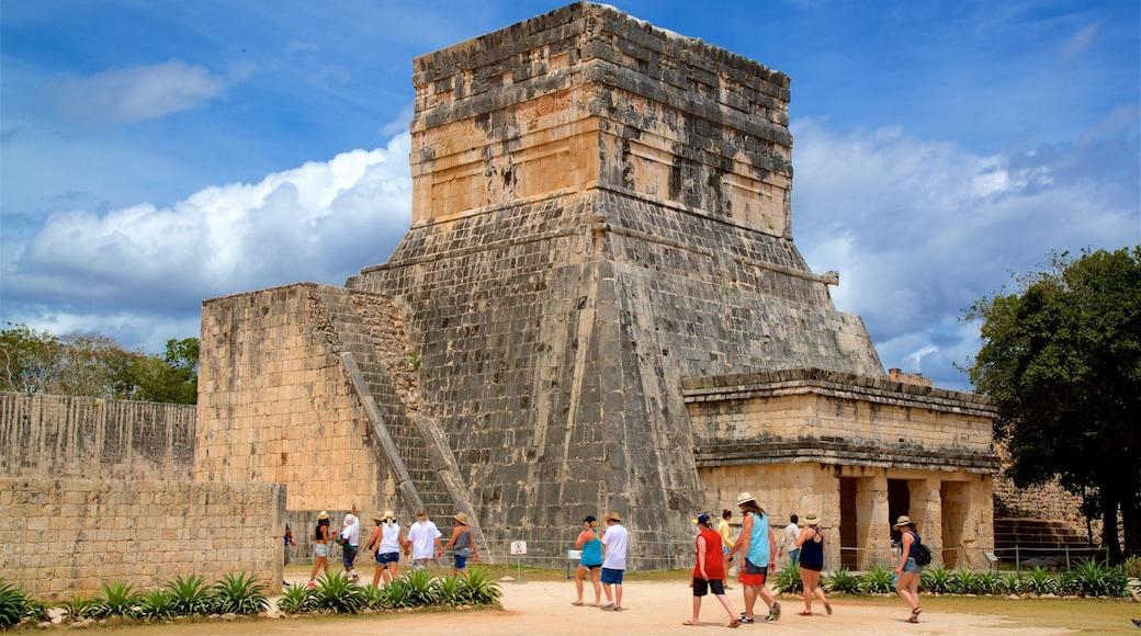 Templo del Barbado & Templo de los Jaguares y Escudos montrant patrimoine architectural aussi bien que petit groupe de personnes